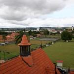 Utsikt mot Rotorua centrum med krocketbana i förgrunden och badhuset till vänster
