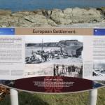 Skyltar längs stranden i Waiopuka Bay i Kaikoura berättar om livet för de första bosättarna