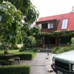 Vacker trädgård på Murchison Lodge i Nya Zealand
