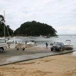 Febril verksamhet vid båtupptagningsrampen på stranden i Kaiteriteri
