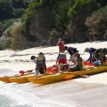 Paddlare på väg ut från Awaroa